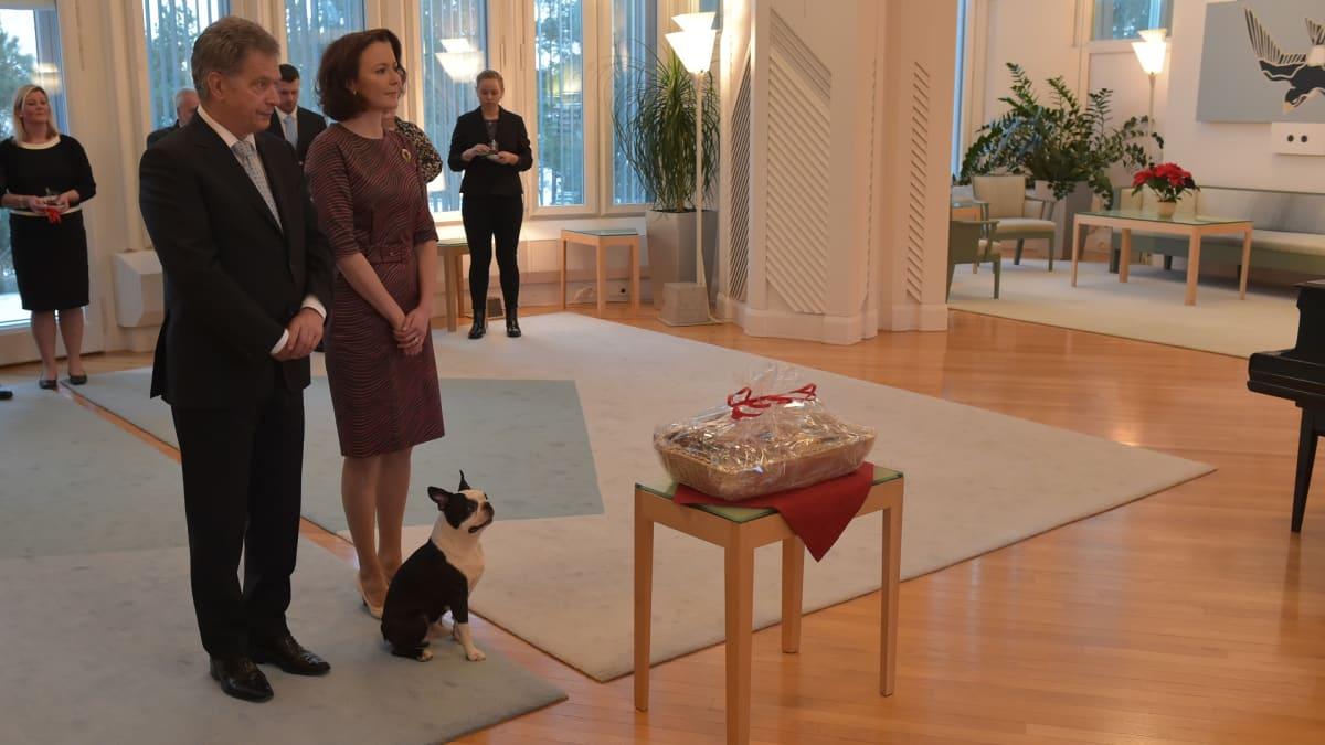 Uutisvideot: Presidenttipari vastaanottaa joulutervehdykset Mäntyniemessä