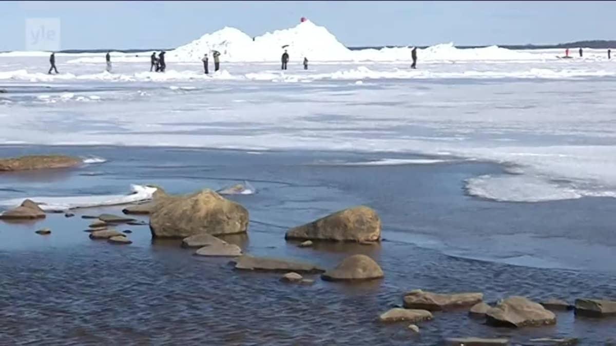 Uutisvideot: Kovat tuulet kokosivat jäävuoret Lohtajan Ohtakarille