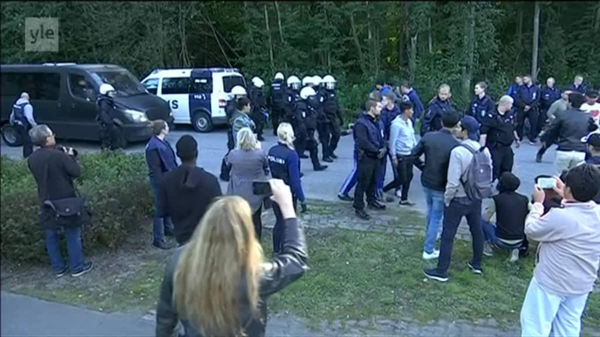 Uutisvideot: Poliisi ja mielenosoittajat ottivat yhteen vastaanottokeskuksen edustalla Jyväskylässä