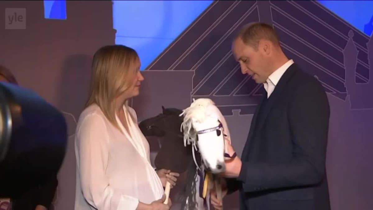 Uutisvideot: Prinssi William sai Slushissa lahjaksi keppihevoset