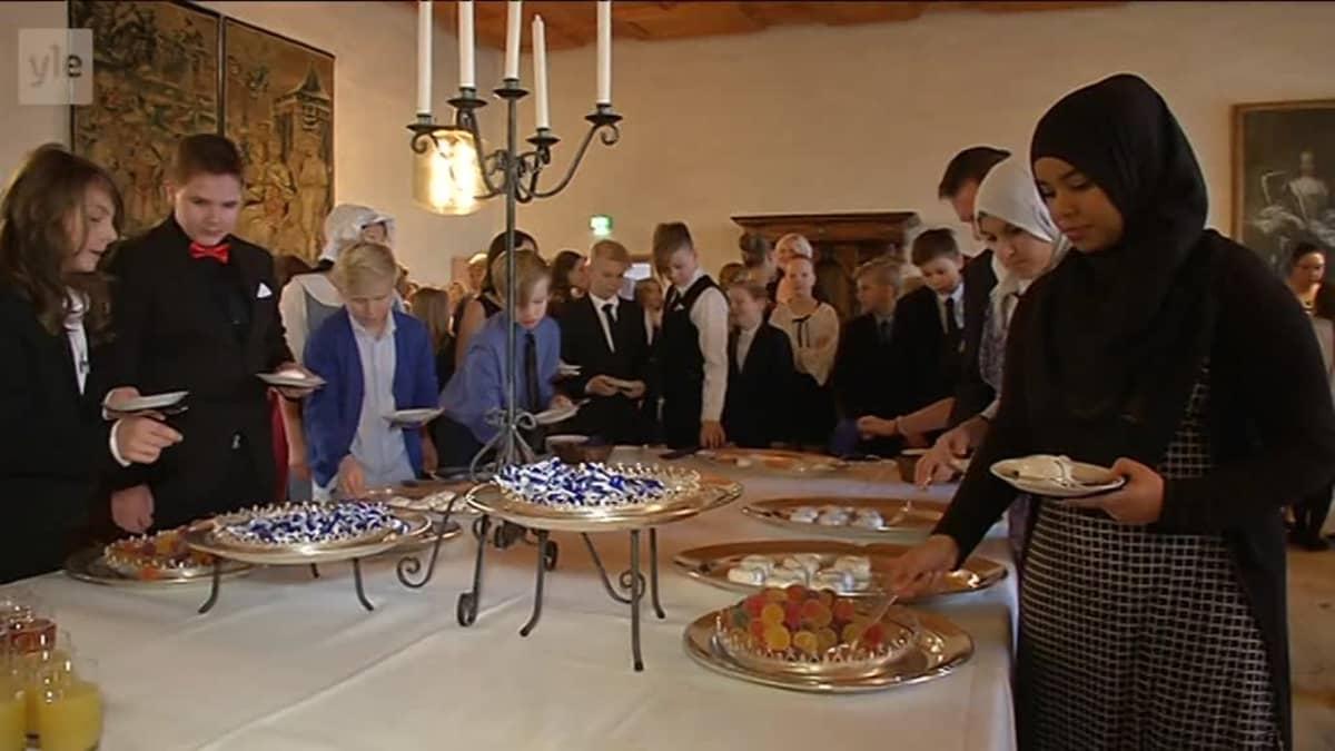 Yle Uutiset Lounais-Suomi: Turkulaiset kuudesluokkalaiset juhlivat itsenäisyyspäivää Turun linnassa