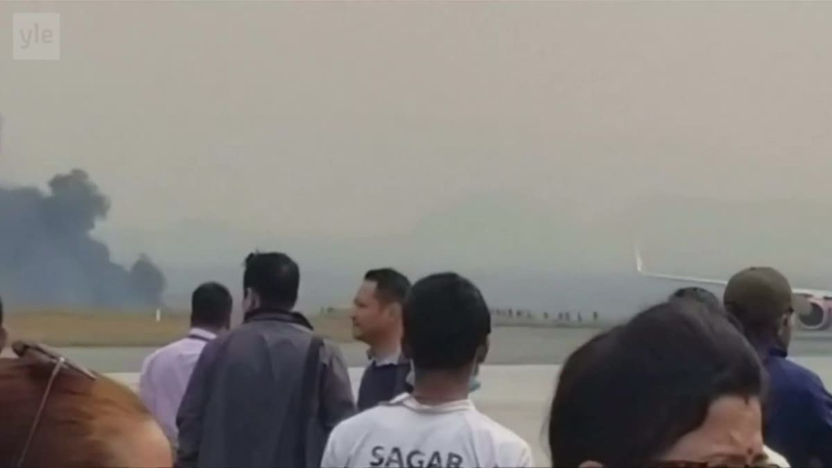 Uutisvideot: Kiitoradalta suistunut matkustajakone paloi Nepalissa