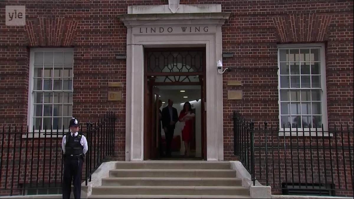 Uutisvideot: Prinssi William ja herttuatar Kate lähtivät kotiin pikkuprinssin kanssa
