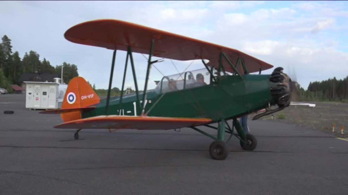 Lentäjäveteraanit liitelevät vanhalla koulutuskoneella
