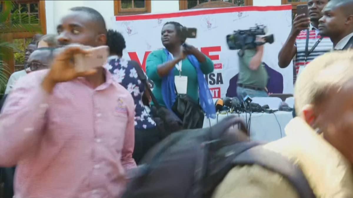 Zimbabwessa poliisi viivästytti opposition tiedotustilaisuutta rynnäköllä