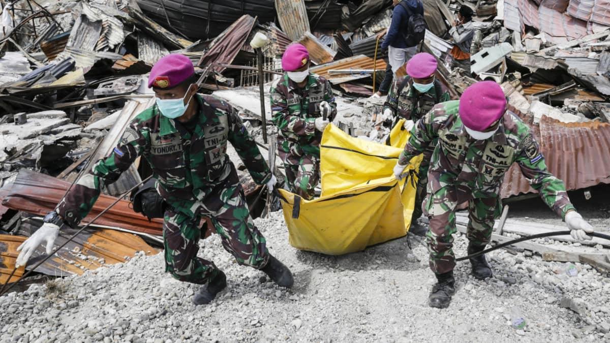 Video: Uhrit odottavat apua vaikeissa oloissa Indonesian luonnonmullistusten jäljiltä