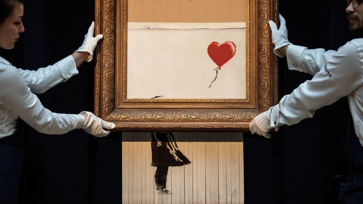 Ihmettelitkö, miksi Banksyn miljoonateos tuhoutui vain osittain?  – Taiteilija näyttää, miten silppurin olisi kuulunut toimia