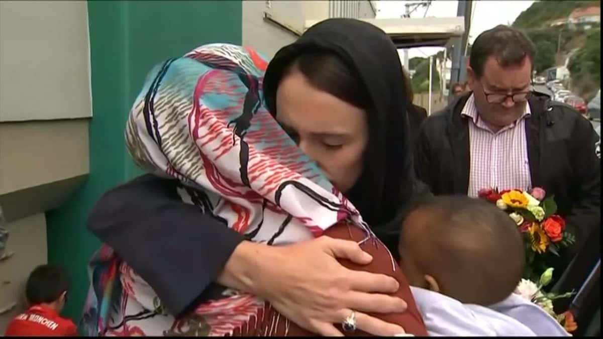 Yle Uudessa-Seelannissa: Christchurchiläiset jättivät surunvalittelunsa terrori-iskun uhreille