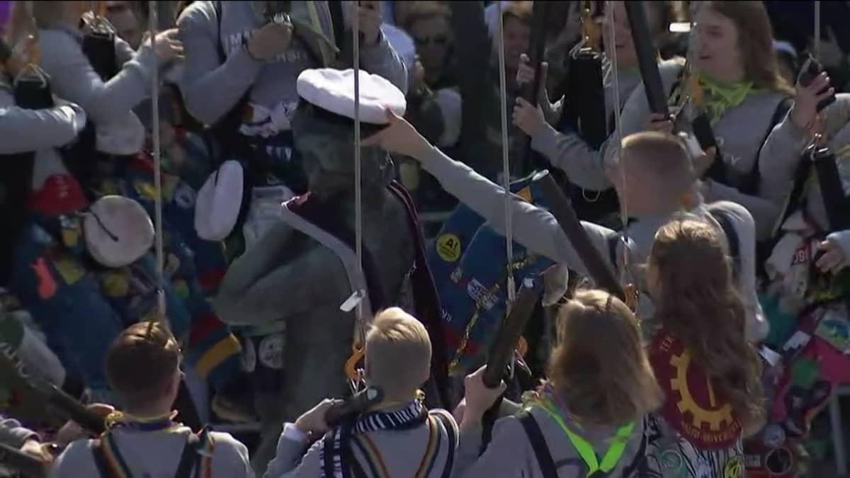 Havis Amandan patsas lakitettiin Helsingin Kauppatorilla perinteisin menoin.