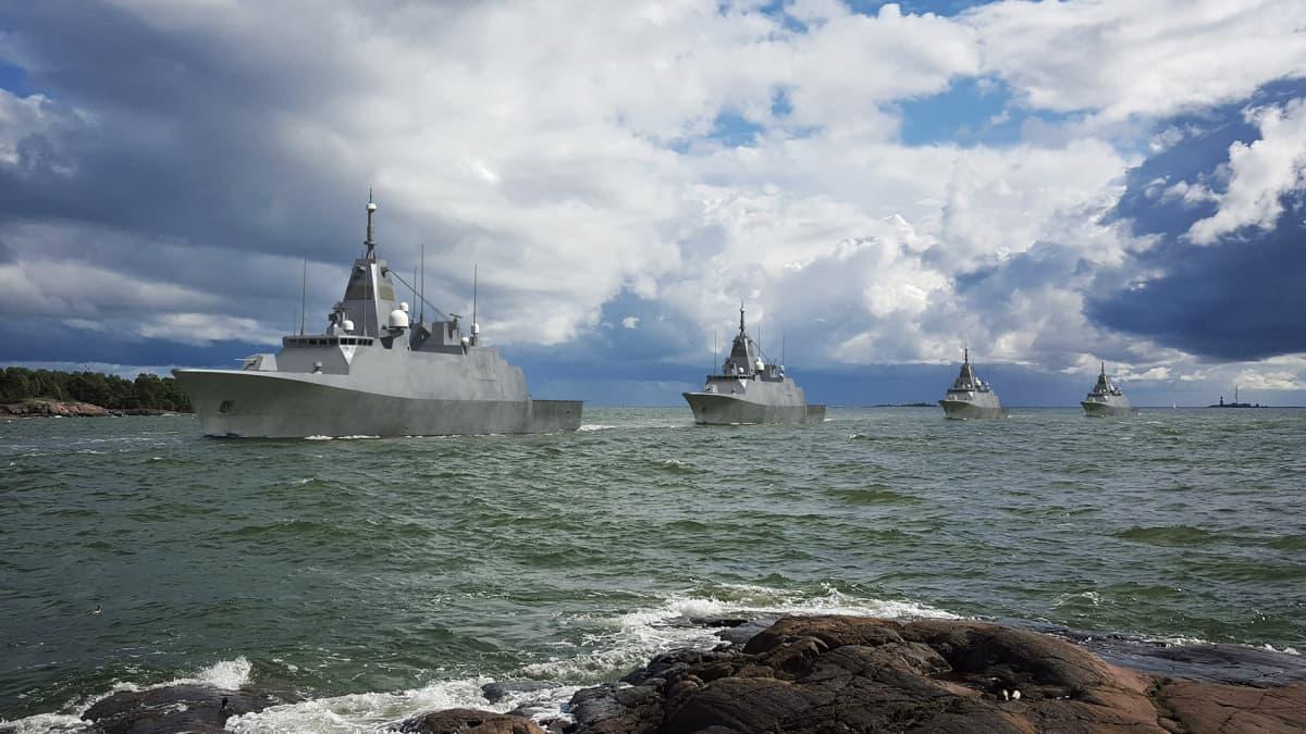 Merivoimien sotalaivatilaukseen Rauman telakalta ja Saabilta lopullinen sinetti – miljardihankinnan tiedotustilaisuus