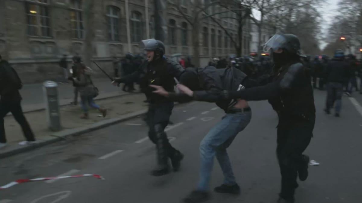 Mielenosoituksia Pariisissa Macronin eläkeuudistusta vastaan