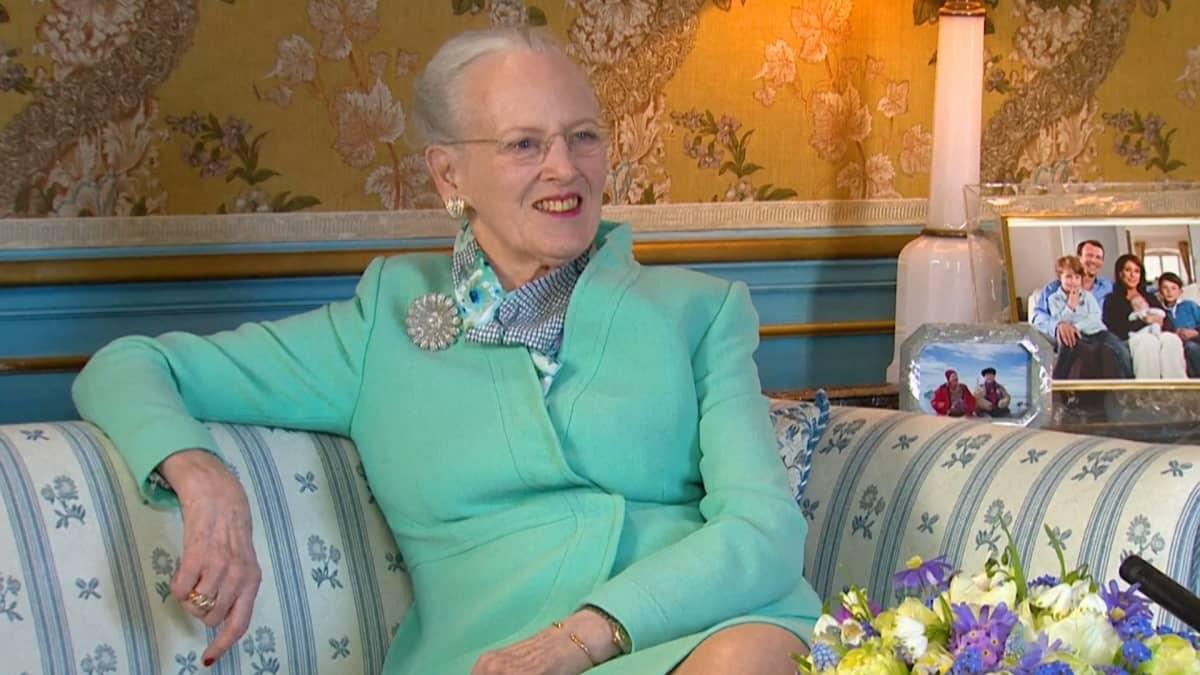 Tanskan kuningatar Margareta kuunteli liikuttuneena tanskalaisten onnitteluja