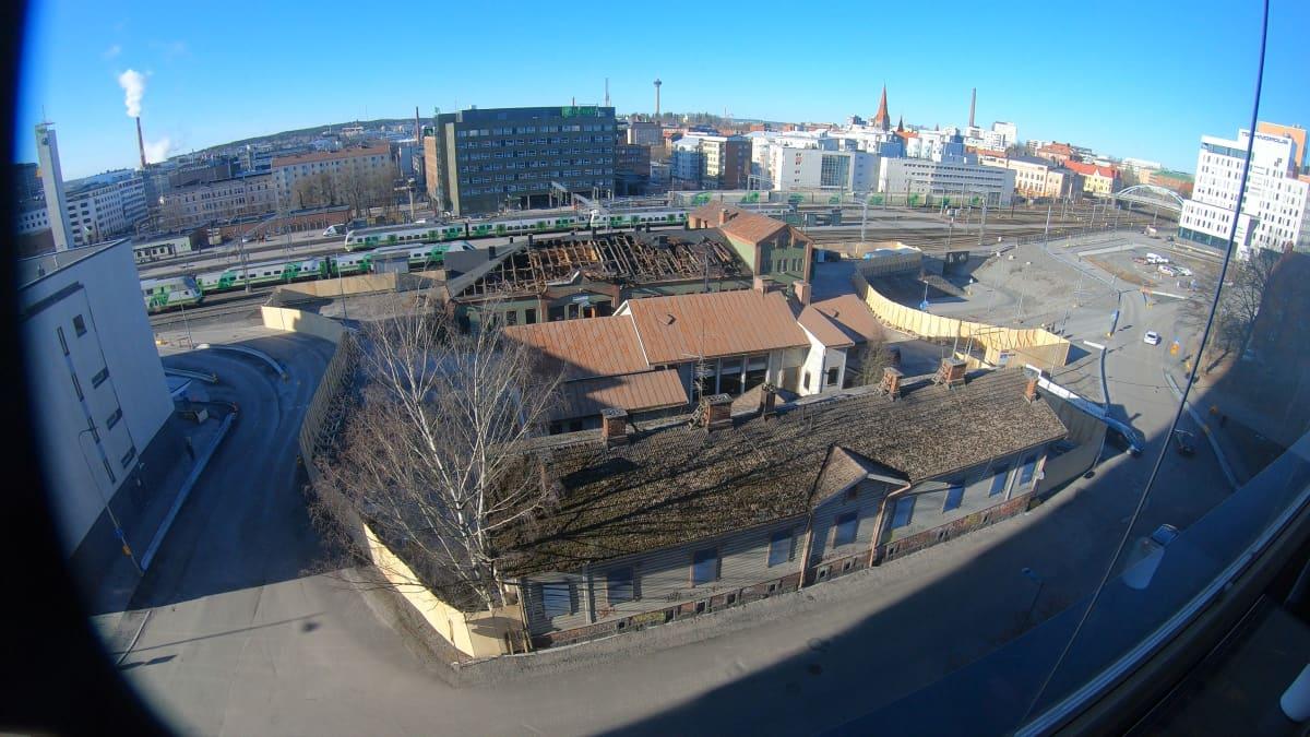 Tampere maksaa lähes 3 miljoonaa euroa mutkan suoristamisesta: katso videolta, miten historiallinen talo hävisi toisen tieltä.
