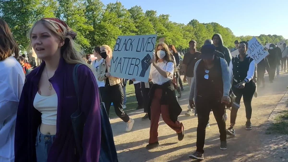 Mielenosoittajia Kaivopuistossa