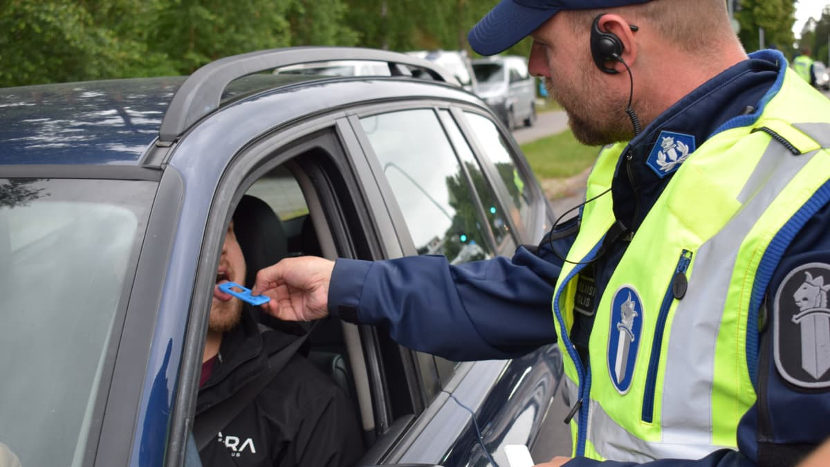 Poliisi tekee pikahuumetestejä tien päällä