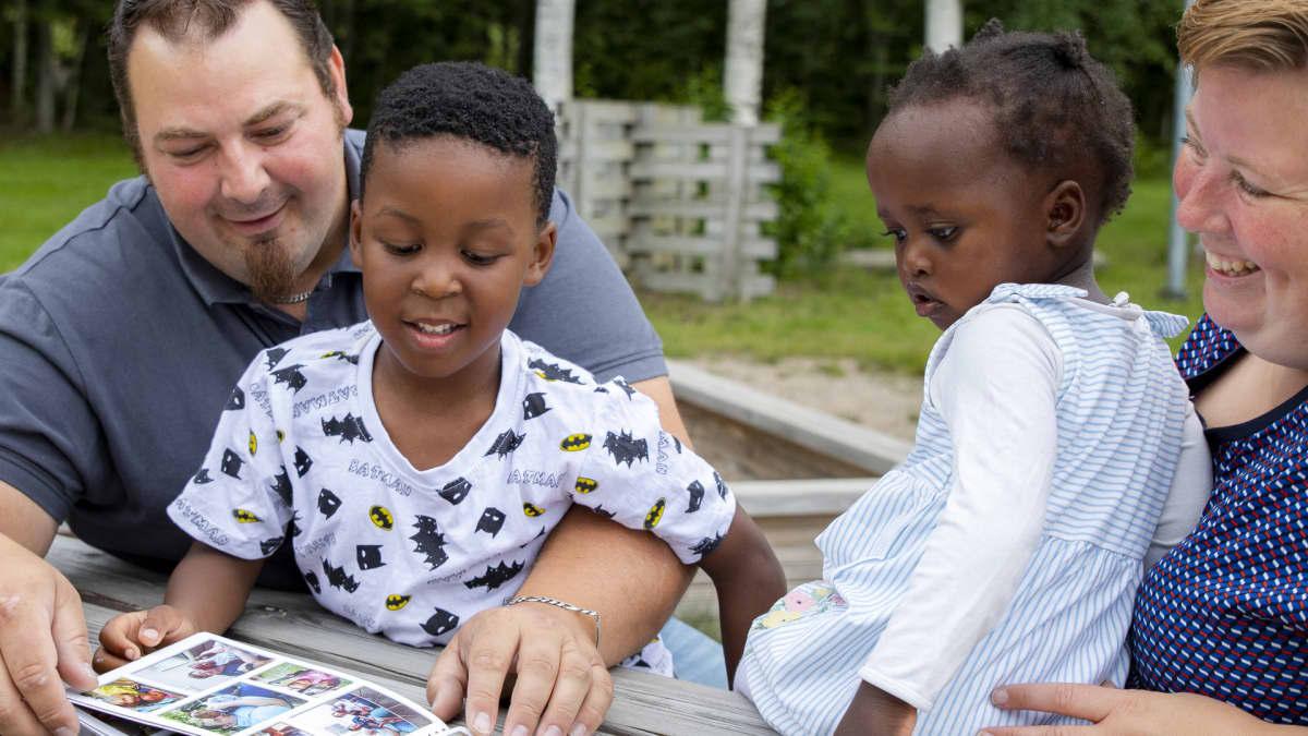Lizah opettelee Denzel-isoveljen avulla uutta äidinkieltään Luodossa, Pohjanmaalla
