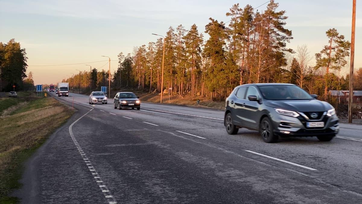 Kuinka moni pitää turvavälin autoillessa? Seurasimme liikenteessä