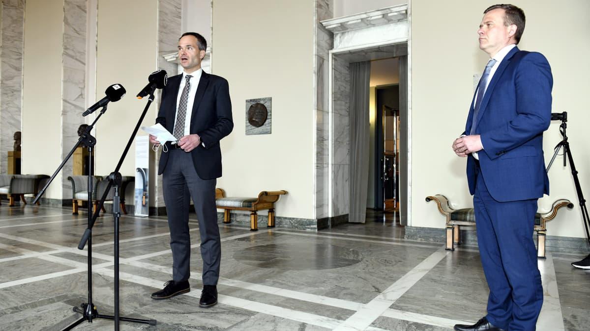Eduskuntaryhmän puheenjohtaja Kai Mykkäsen mukaan osa ryhmästä äänestää pakettia vastaan.