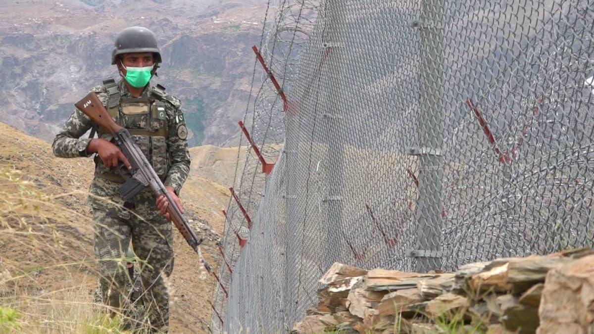 Pakistan torjuu terrorismia ja huumeita pitkällä raja-aidalla