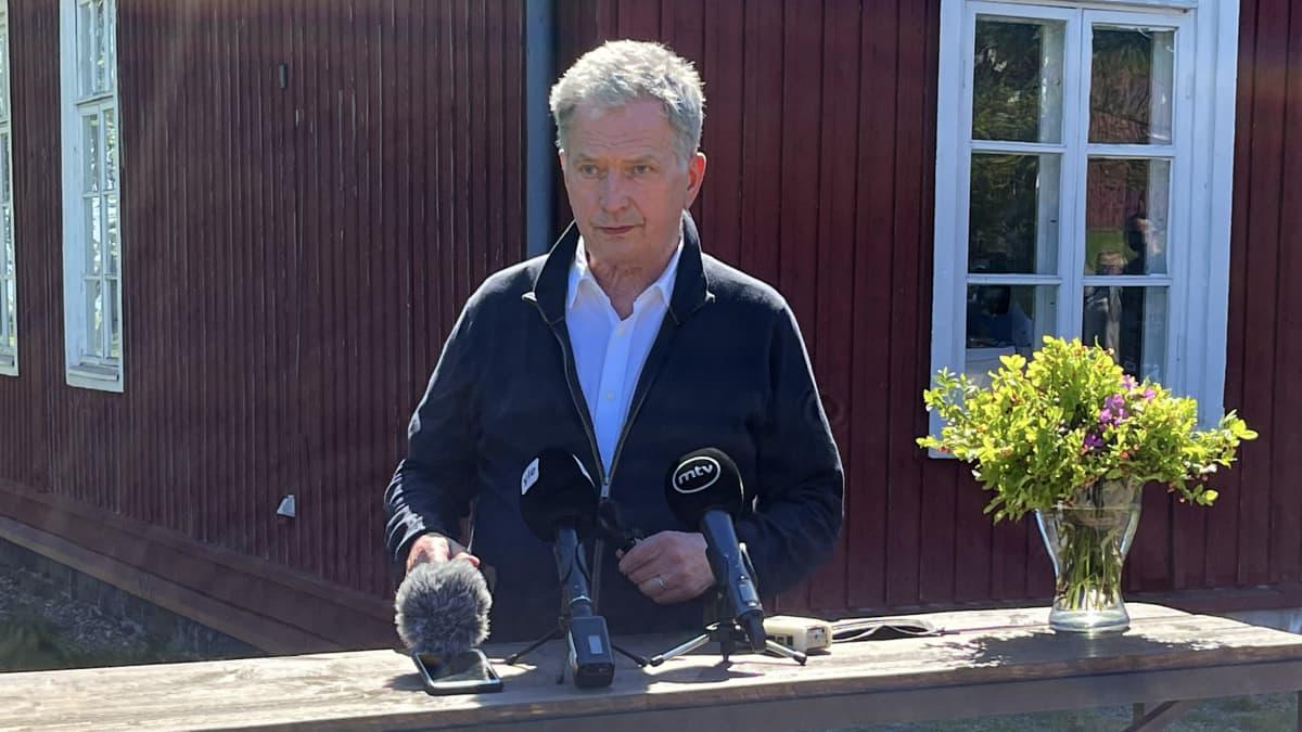 Presidentti Niinistö muisteli omia varusmiesaikojaan – sanoitti aikoinaan uudelleen vanhan laulun
