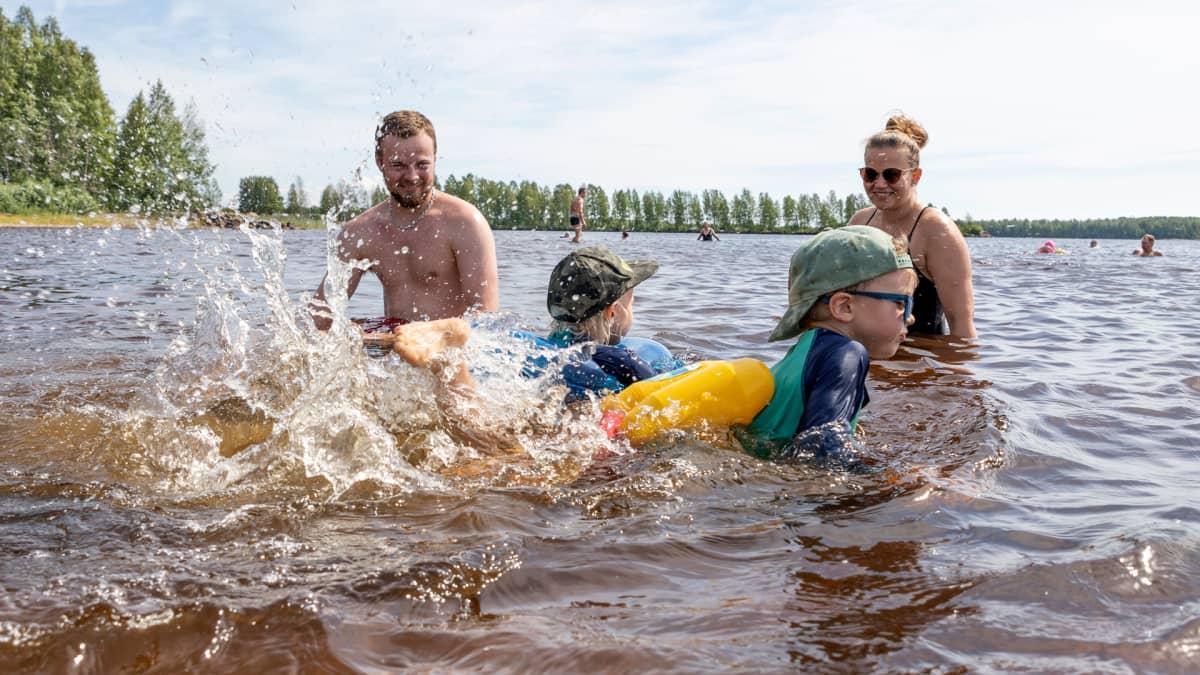 Ennätyslämpimät vedet ilahduttavat uimareita: Smedsin perhe nautti vesileikeistä Kemin Mansikkanokalla