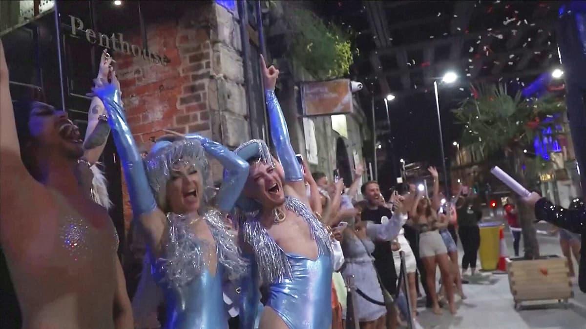 Englannin Leedsissa juhlittiin koronarajoitusten poistumista