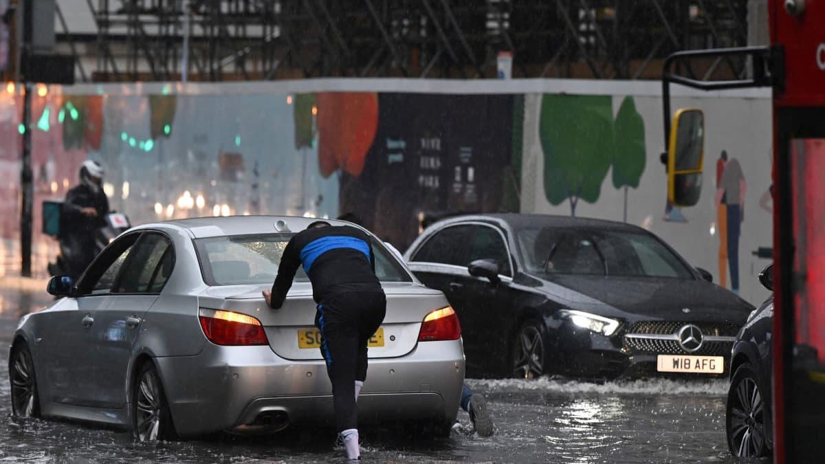 Rankkasateet ovat aiheuttaneet tulvia Lontoossa