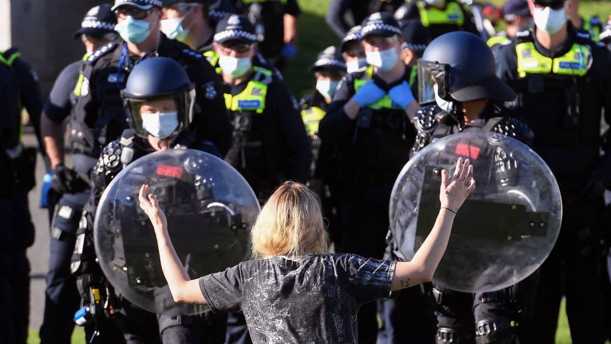 Poliisi ja mielenosoittajat ottivat yhteen protesteissa Melbournessa.