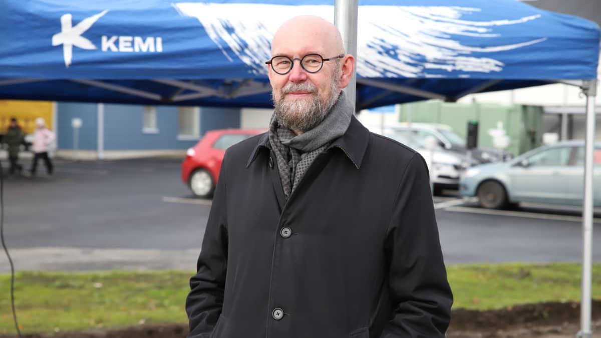 Tieteen puolestapuhuja Esko Valtaoja nostaa kulttuurileikkauksille keskisormea