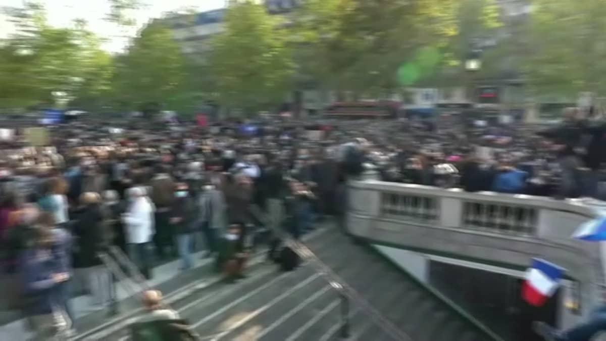 Tuhannet kunnioittivat raa'asti surmattua opettajaa Pariisissa