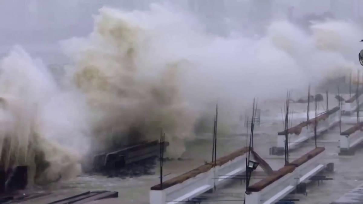 Voimakkain sykloni 20 vuoteen on juuri iskeytymässä Intian länsirannikolle