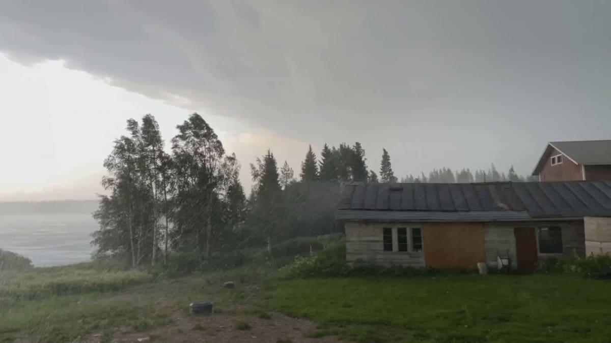 Helteisen tiistain ukkosrintama toi tuulia ja sadetta Kainuuseen