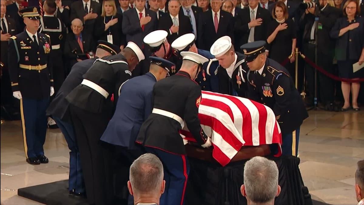 Video: George H. W. Bushia on muistettu Capitol-kukkulalla – Bush-nuorempi liikuttuneena, Trump kävi arkulla myöhemmin