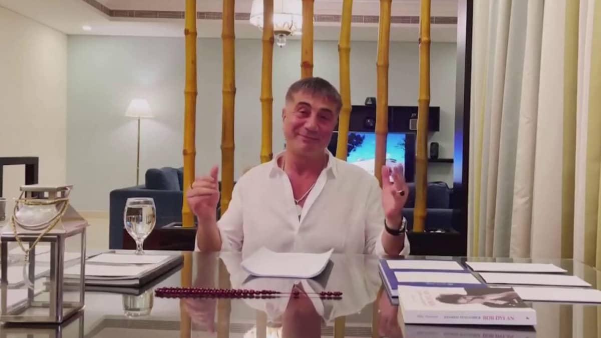 Otteita mafiapomo Sedat Pekerin YouTube-videoista