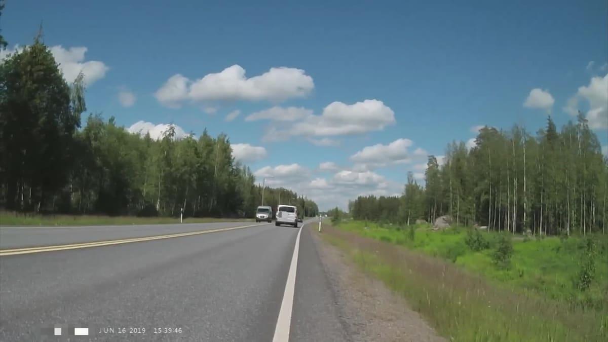 Pete Litmanen kuvasi kun auto töytäisi häntä maantiellä.
