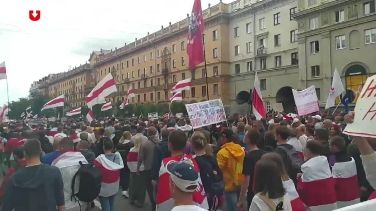 Katso tunnelmia Minskin suurmielenosoituksesta: Kymmenet tuhannet vaativat presidentti Lukašenkan eroa