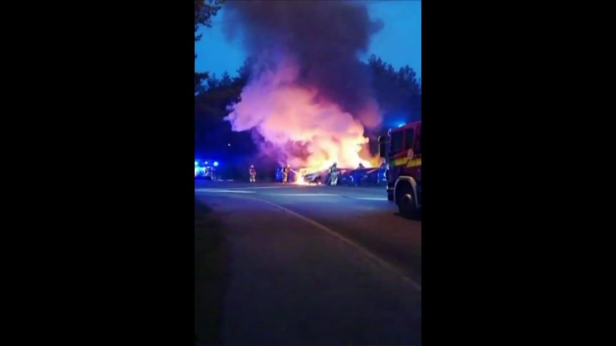 Useampi auto roihusi Turun Lausteella aamuyöllä – bensavuoto ruokki paloa entisestään