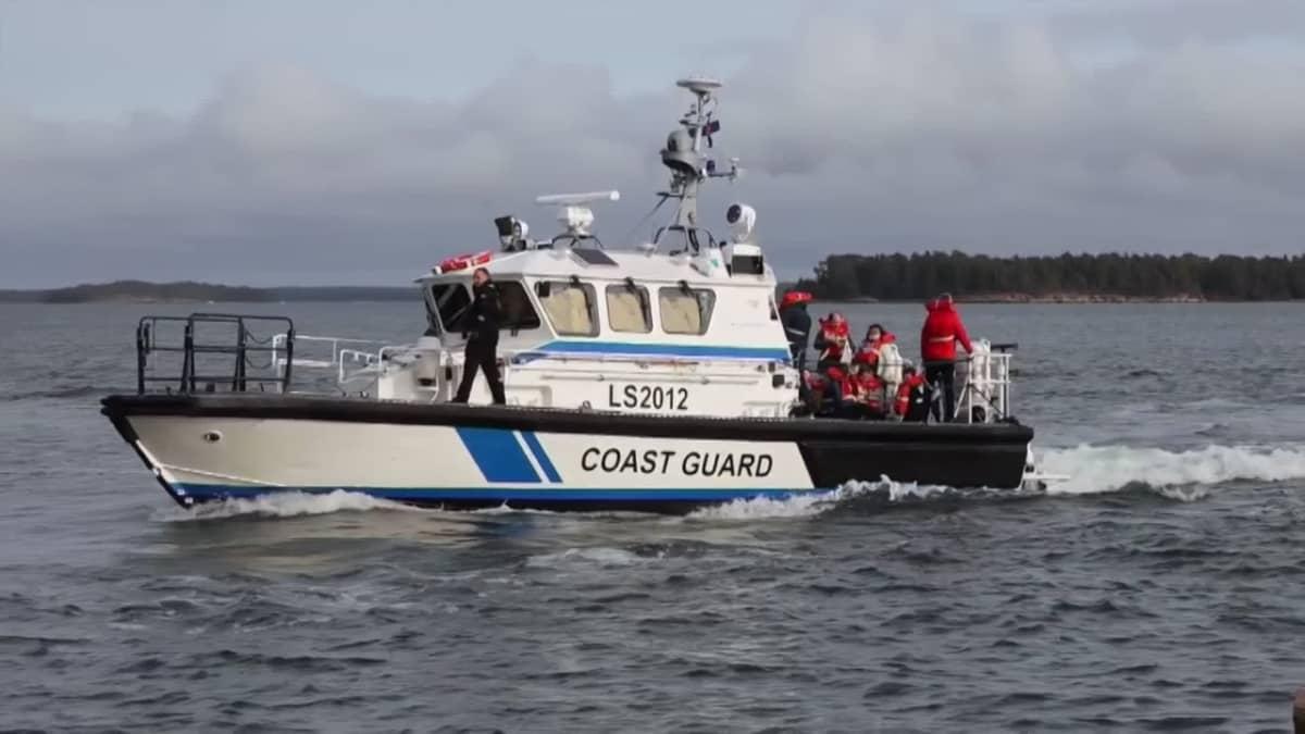Matkustajia evakuoidaan Viking Amorellalta