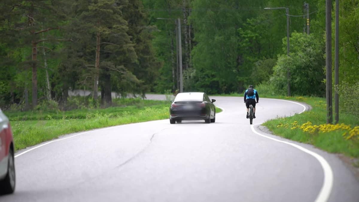Tällä videolla autoilija ohittaa pyöräilijän oikein. Hän hidastaa vauhtiaan ja odottaa, että pääsee ohittamaan. Ohittavan auton rekisterikyltti on häivytetty videolta.