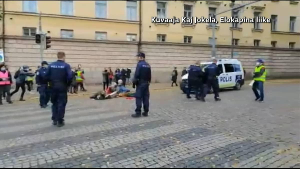 Elokapina-mielenosoittajien kuvaa poliisin voimankäytöstä Kaisaniemessä lauantaina