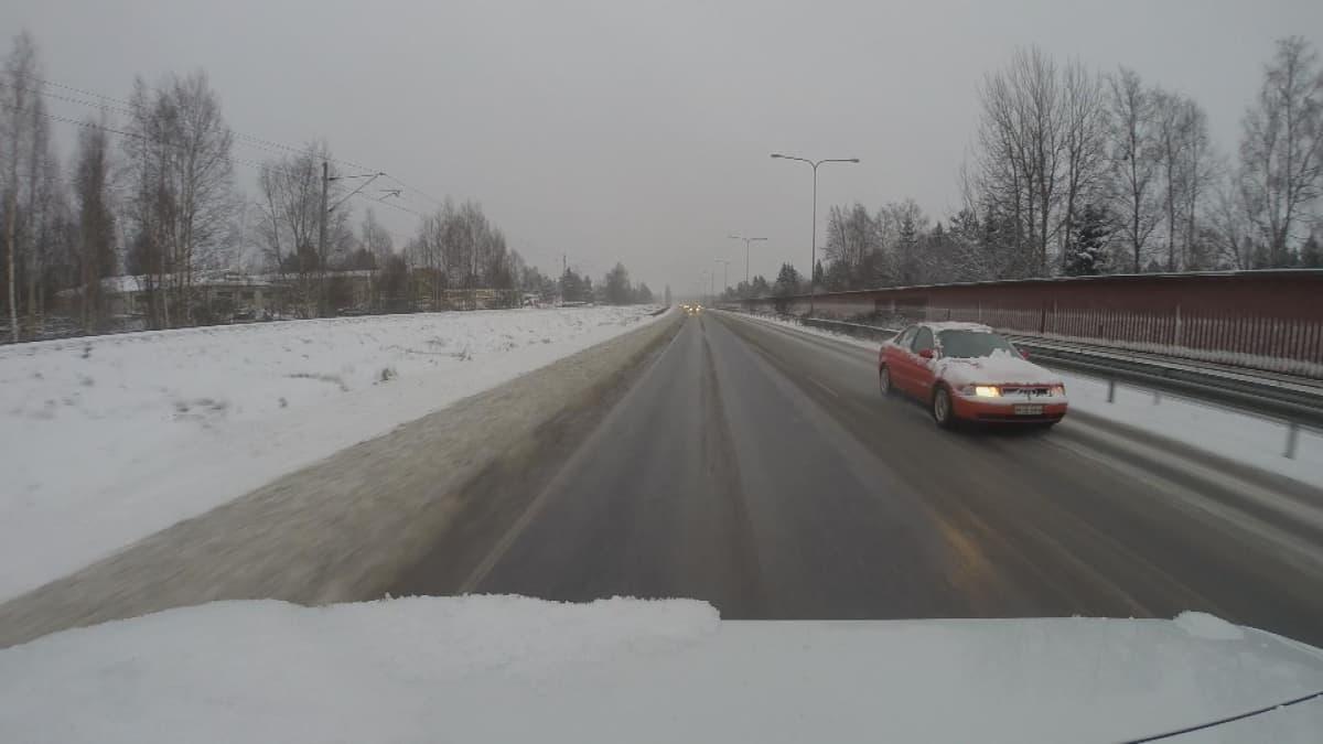 auto ohituskaistalla