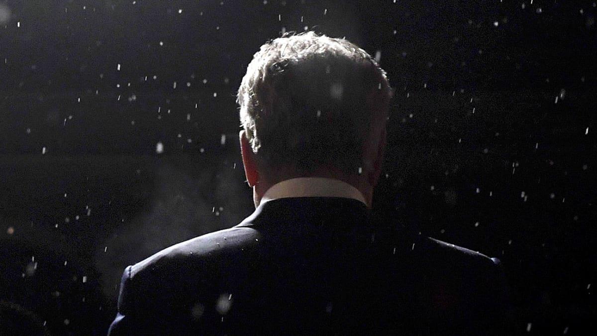 Valitsijayhdistyksen presidenttiehdokas Sauli Niinistö poistuu presidentinvaalien vaalivalvojaisista lumisateeseen Helsingin Säätytalolta sunnuntaina.