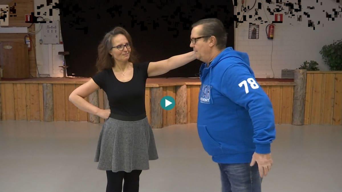Riitta pitää Laurin korvasta kiinni ja Lauri oppii tanssimaan valssia.