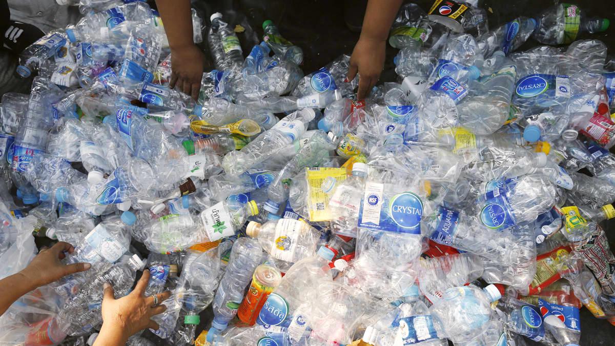 Muovijätettä lajitellaan Thaimaassa.