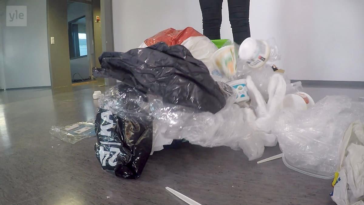 Muoviroskaa lattialla