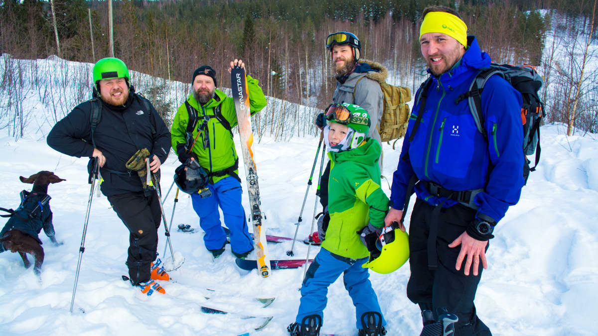 Vapaalaskijat Jani Nevalainen, Pekka Kokkonen, Eetu ja Jarno Tuovinen, Kuura-koira
