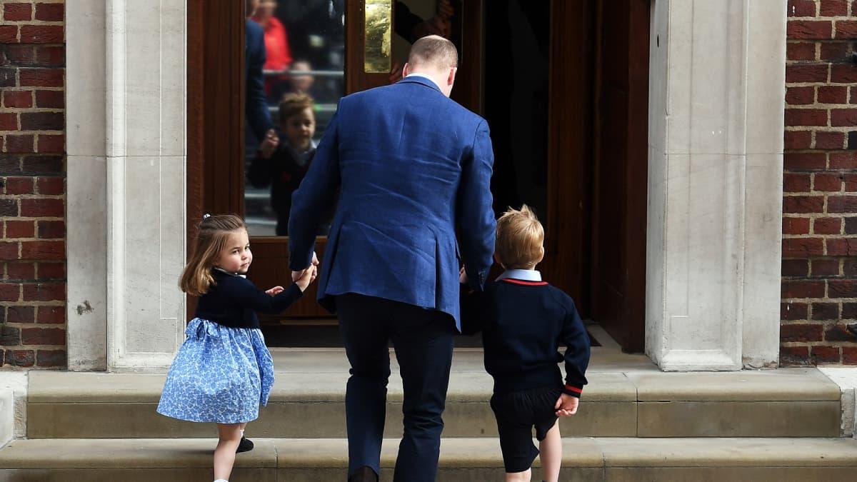Prinssi William vei lapsensa prinssi Georgen ja prinsessa Charlotten katsomaan uutta pikkuveljeään 23. huhtikuuta.