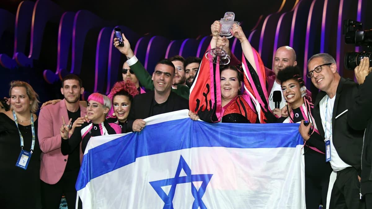 Israelin euroviisuryhmä juhlii voittoaan Lissabonissa.