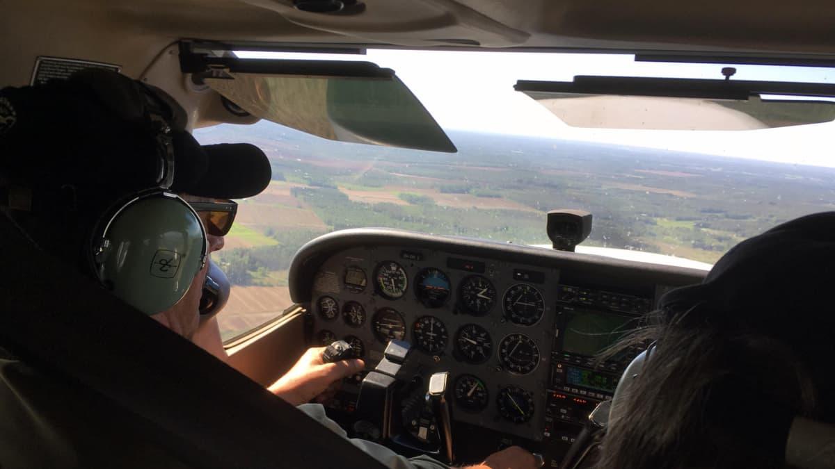 Jaakko Männistö lentää lentokonetta