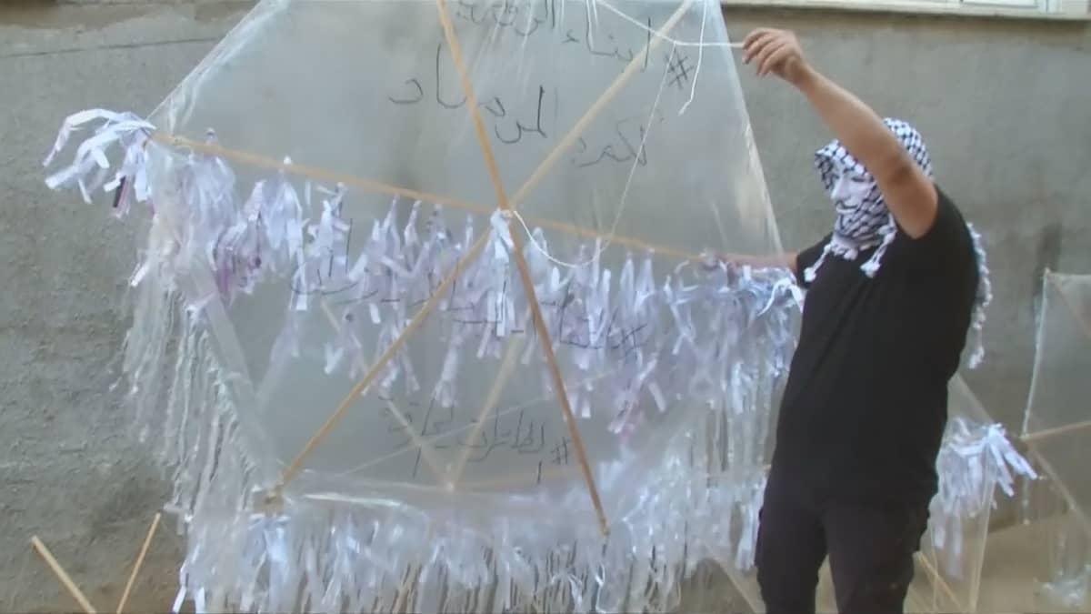Mies pitelee leijaa, jollaisia Gazasta lennätetään Israeliin.